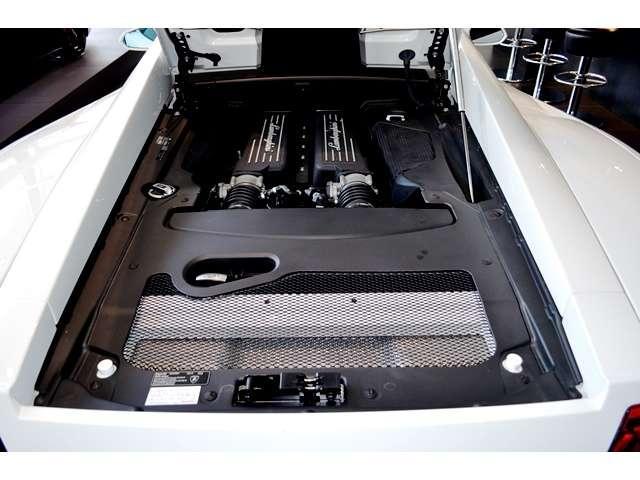 V型10気筒DOHC 5.2リッター直噴エンジン。低回転からトルクを発生します。