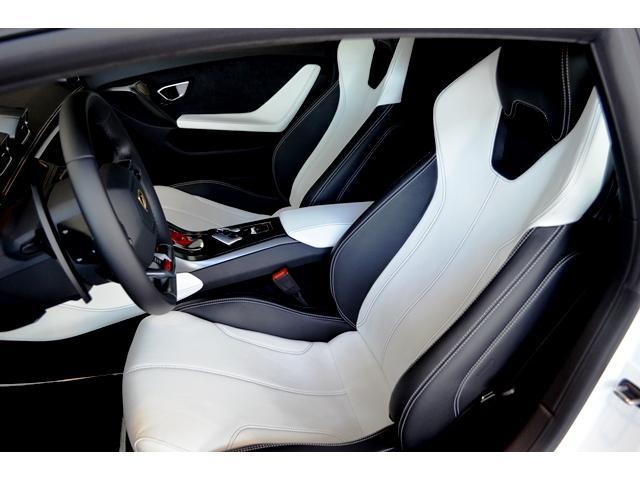 メーカーオプション:ブランディング・パッケージによりヘッドレストへの「ファイティング・ブル」のクレストと助手席ダッシュボードに「Lamborghini」のバッジが取付けられています。