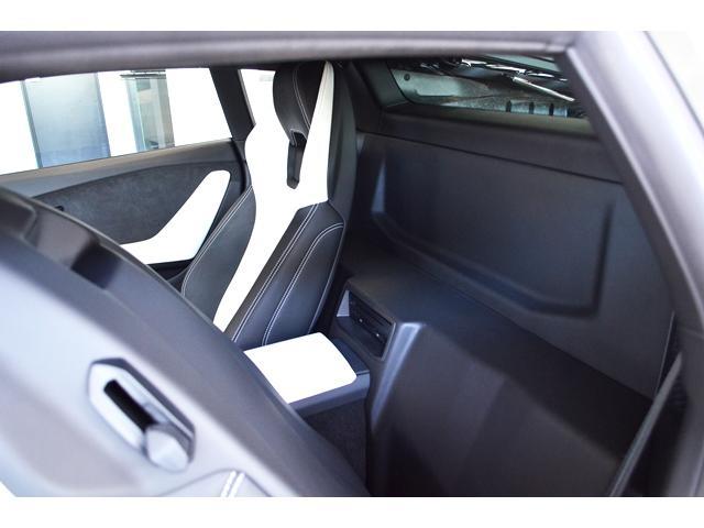 メーカーオプション:トラベル・パッケージを装備した、シート背後のラゲッジ・スペース
