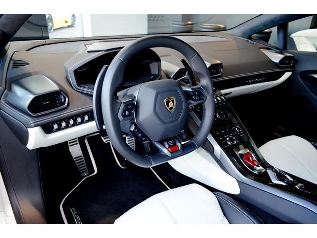 メーカーオプション:ヒーター付フル電動シート、フロアマットのカラード・レザーパイピング&ダブルステッチ仕上げを装備しています。