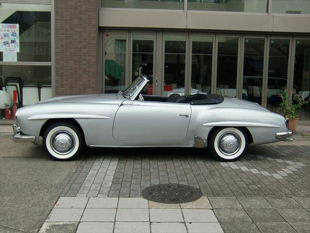その後アメリカ市場での要求でハードトップモデルを追加するなどいくつかの改良を重ね、1962年までの間に約26,000台(300SLの約8倍)を生産し大ヒット作となり、今なお多くの愛好家が存在している。