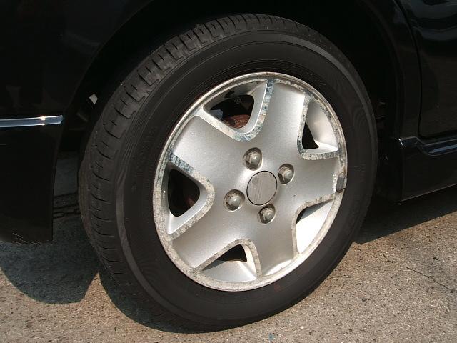 アルミホイール付!鉄ホイールと違って軽いので燃費にも影響してきます。ガソリンの高騰に少しは貢献します!あと単純に足元がきまります。愛知 大治 格安 軽四 中古車 ジーフリー G−FREE