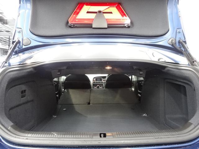 後部座席はヘッドレストを外さず、簡単に分割で倒せる。長尺物の積載に便利です!