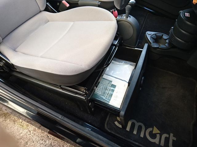 シートアンダートレイもつけました。収納スペースのないスマートには、便利です!
