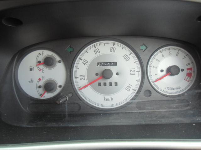 スポーツタイプのミニライトメーター。スピードメーター、水温計、燃料計、そして、8500回転からレッドゾーンのスポーティードライブに欠かせない、専用タコメーター装備。