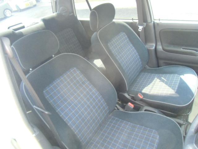 ミニライトグレード専用のタータンチェック&スエード調のフロントシート。ブリティッシュ魂を感じるシートはヤレも少なく綺麗です。