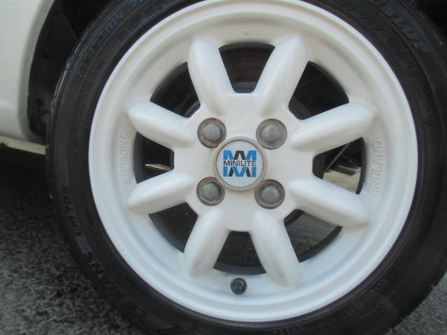 ホイールは、グレード専用パールホワイトボディーが映えるホワイトにフィニッシュした14インチの英国ミニライトホイールです。タイヤサイズは、165/55R14。