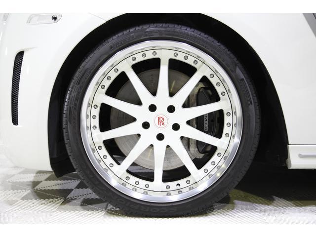ハイパーフォージドHF213R22インチホワイトディスクをセット。ロワリングキットによって落とされた車高と相まって、気品に満ちた王者の風格漂う仕上がりとなっております。