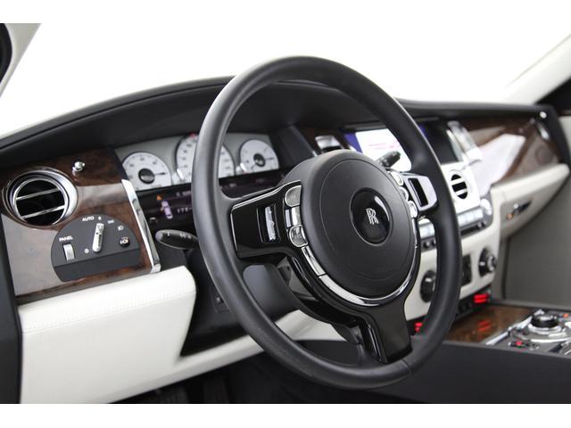 クロームとピアノブラックのコントラストが美しいステアリングデザイン。握りも良く、ゴーストはショーファードリブンでありながらドライバーズカーである位置づけを感じる部分です。