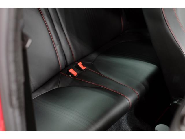 後部座席に目立つ傷はございません。
