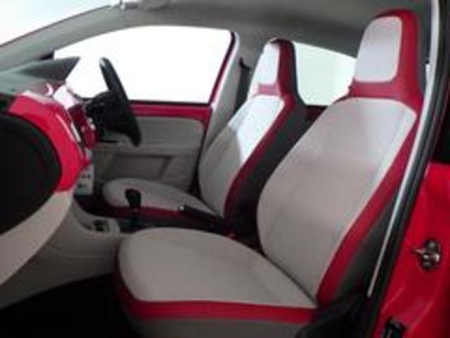 トルネードレッドのhigh up!の専用装備のツートンカラーのシートです。フロント二脚は、シートヒーターも装備!お電話0066−9700−8191までお気軽にお問い合わせ下さい。