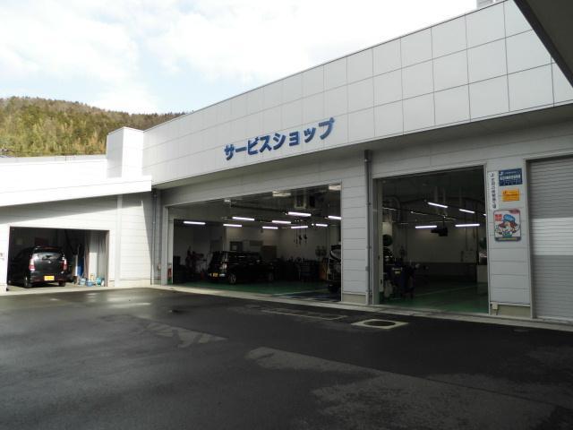 自社指定工場です。オイル交換から車検・修理までお客様の大事なお車のメンテナンスもおまかせください!