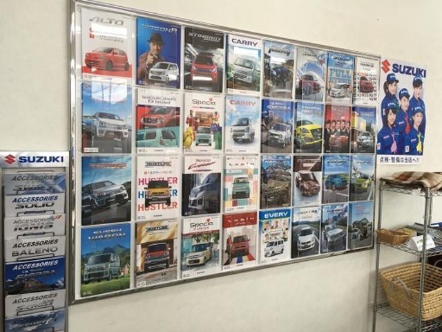 壁に設置してあるカタログスタンドは見やすく、お好みの車を探していただけます。