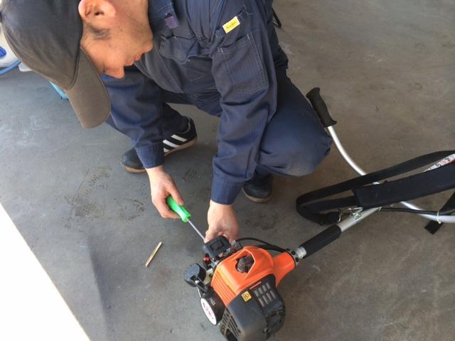 草刈機の修理の様子です。