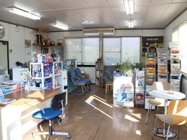 事務所内ではWAKO'Sをはじめとしたメンテナンス用品の販売も行っております。新車カタログも充実!