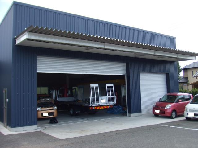 鈑金塗装スペースは整備スペースと分けてあります。