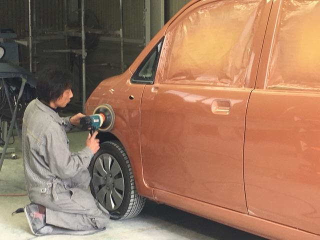 熟練の職人がお客様のお車をきれいに直します