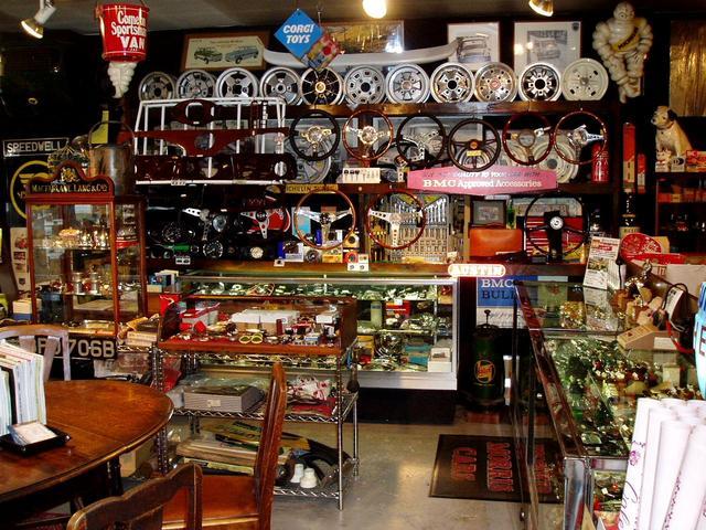 本店店内にはクラシックレアパーツやNEW&USEDパーツが所狭しと展示してあります。