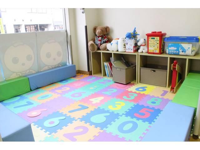 お子様も安心して遊べるキッズルームも設置しました!商談の際お子様の退屈な時間もこれで安心ですよ!
