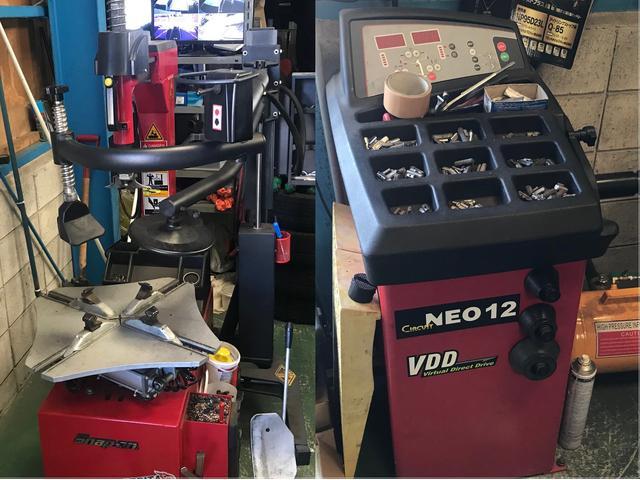 平手晃平選手を応援しているヴォルテージの事務所はモータースポーツグッズが飾ってます。