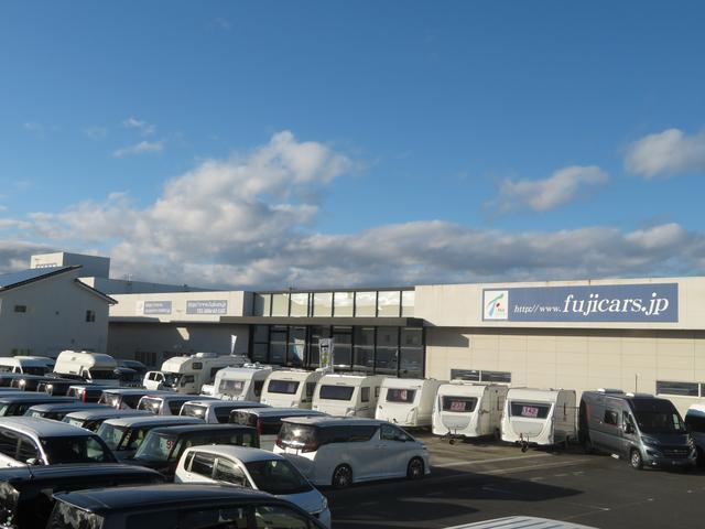 キャンピング・福祉介護車両・輸入車の展示が250台以上! 1,000坪室内ショールーム完備!