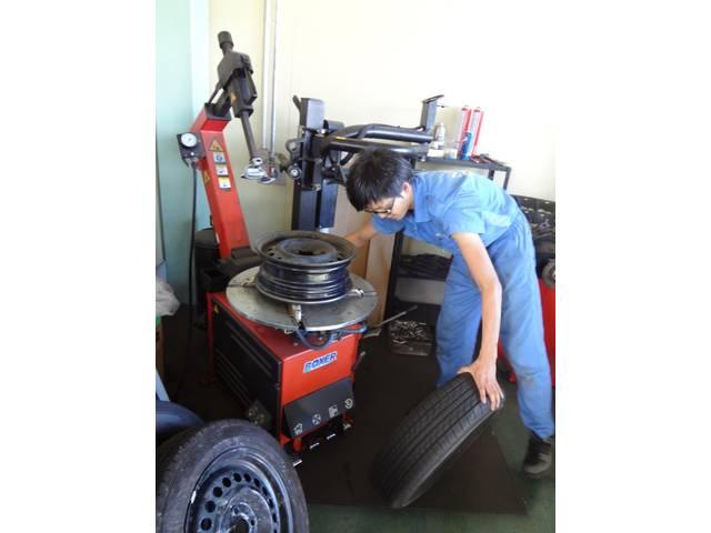 タイヤ組換えバランスも自社でさせて頂きます。通販のタイヤお持込品直送もOKです。