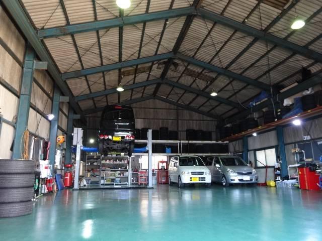 広いPITで多くのお車を素早くご対応いたします!