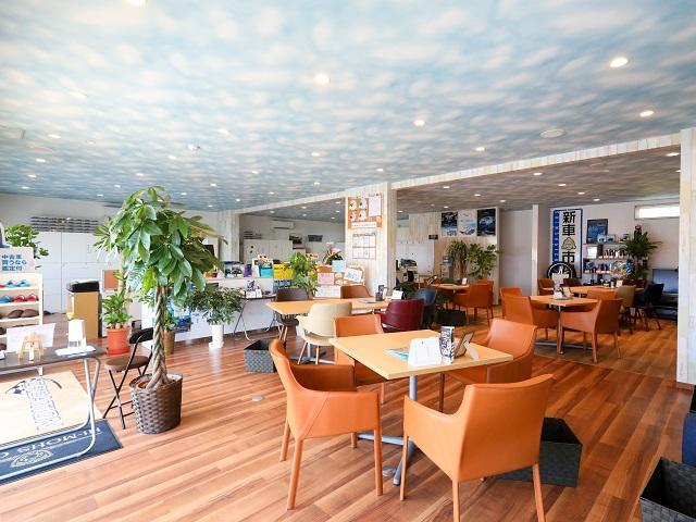 ショールームの天井は青空です。落ち着いた雰囲気でリラックスしてご商談ください。