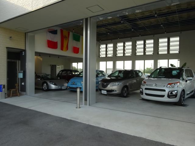 屋内展示場(左からスピダー・2CV・595・Y・C3ピカソ)