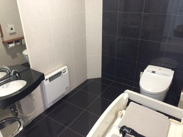 オムツ替えシートを設置した多目的トイレを完備!小さなお子様がいるご家庭や車椅子の方もご安心ください!