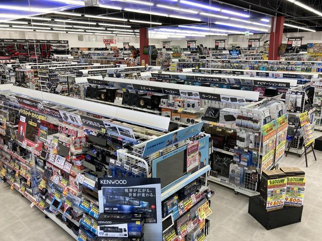 タイヤ売り場です、履き替えシーズンは混雑してご迷惑をお掛けしてます、クルマ購入の方は特価でご提供!
