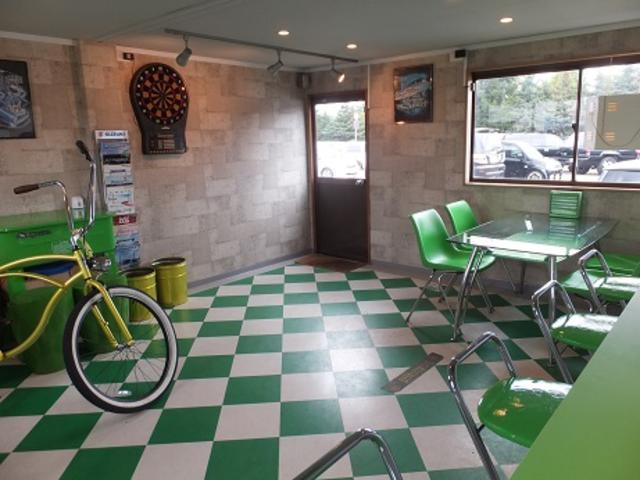 店舗内は緑と白で明るく広々とした室内となっております。