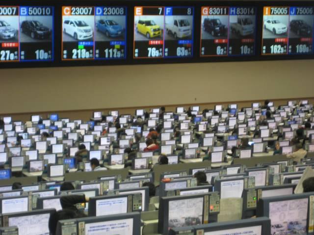 店頭販売以外にも注文販売も対応致します。全国各オークション会場とオンラインで繋がっております。