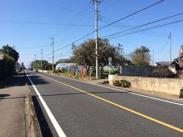 藤岡方面から国道254号を来て、セブンイレブン藤岡白石店の300m先の右側に登り旗と看板があります