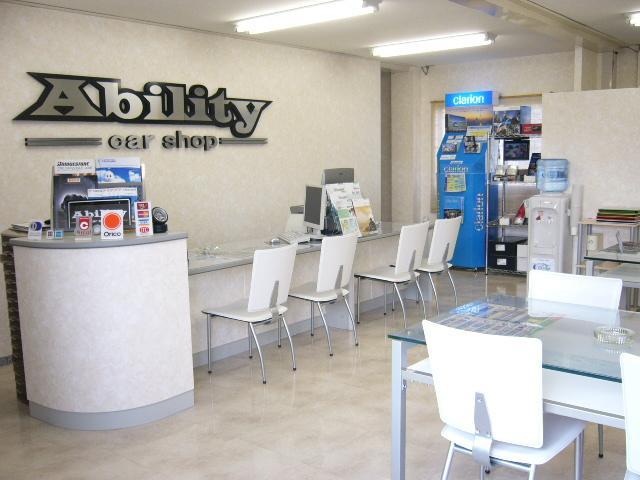 明るい店内、広々とした商談スペースでお客様のカーライフについてお話できます。