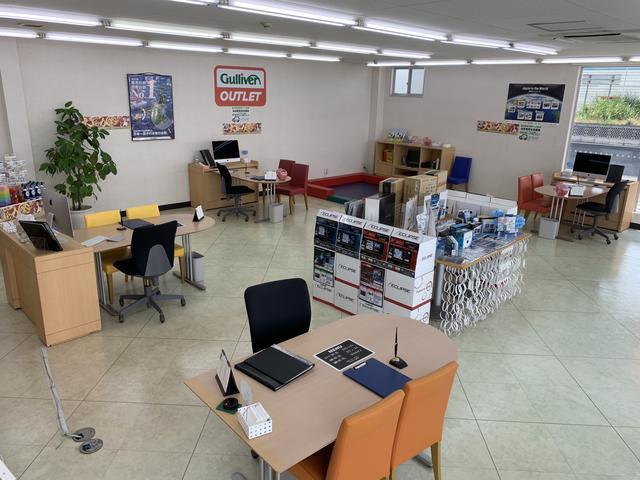店舗内は広々と開放感あふれる空間になっております。真ん中にキッズスペースもご用意しております。