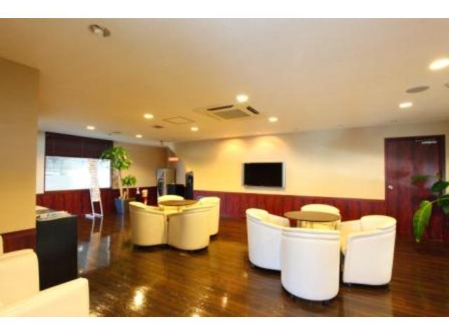 洒落たカフェ風の商談スペース。落ち着いた雰囲気の中じっくりとお話下さい。