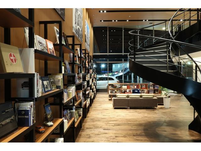 ブックディレクターの幅氏監修の本棚。 『クルマとそれにまつわる日々の生活がより 楽しくなる本棚』です