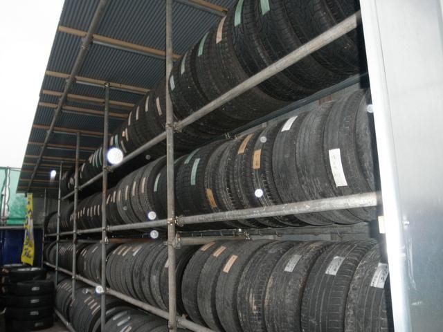 ご自宅に置き場がない場合などの為に、タイヤ保管サービス(有料)も行っております。