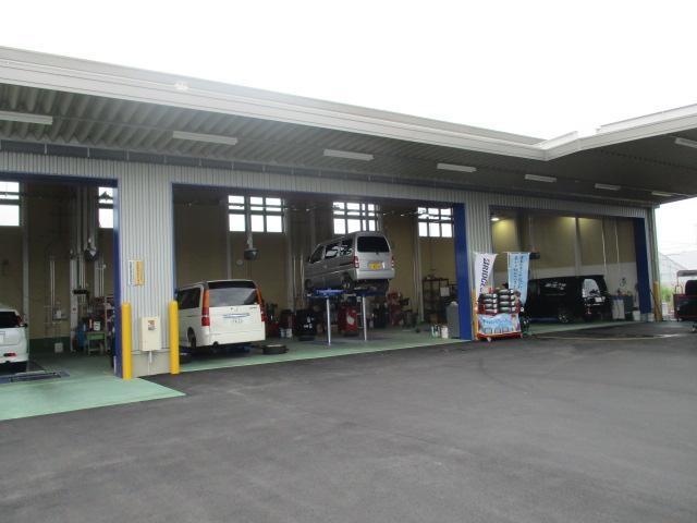 明石吉田屋産業(株)カープラザ 車検の青い看板が目印です。お気軽に、ご来店下さい。