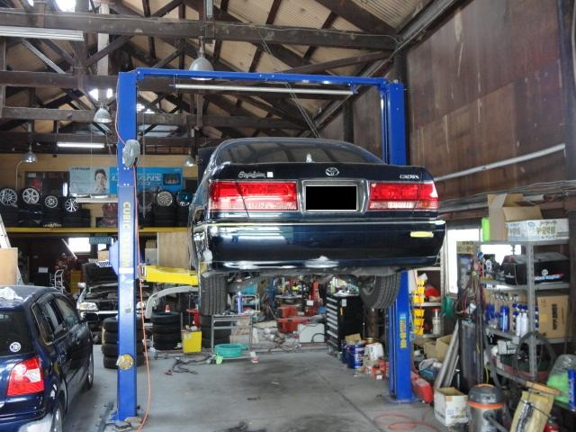 自社認証工場を完備。車検整備・オイル交換・各種部品取り付けも承ります。キャリアカーも常駐しています。