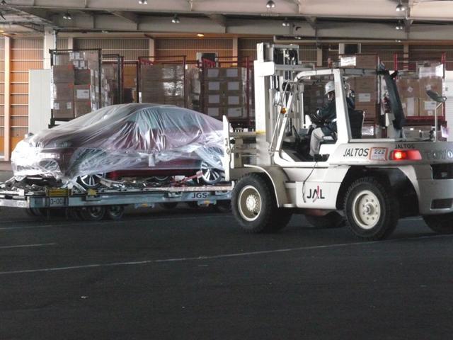 御希望の御車が海外にある場合でも、飛行機又は船での輸入が可能です。またカスタムパーツなども可能です。