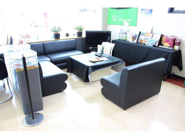 ソファ席もございます。 豊富な雑誌もご用意しておりますので、お待ちいただく時間にごゆっくりとおくつろ