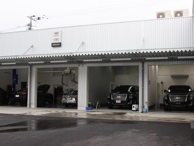 自社認証工場では、当社のお客様は勿論、飛び込みのお客様も大歓迎。当社はGM認定ディーラー工場です。