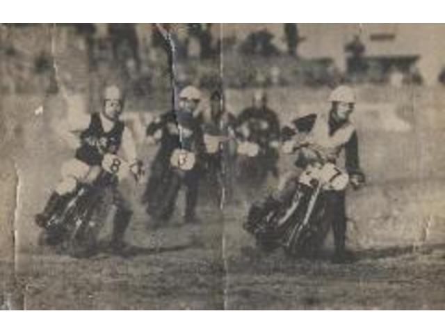 昭和22年,オートバイレース風景。進駐軍(GHQ)の雑誌でオートレースの紹介記事が掲載されました。左