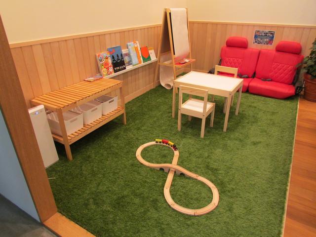 キッズスペースにオムツ替えベッドもご用意しております☆小さなお子様連れでも飽きる事なく過ごせますよ♪