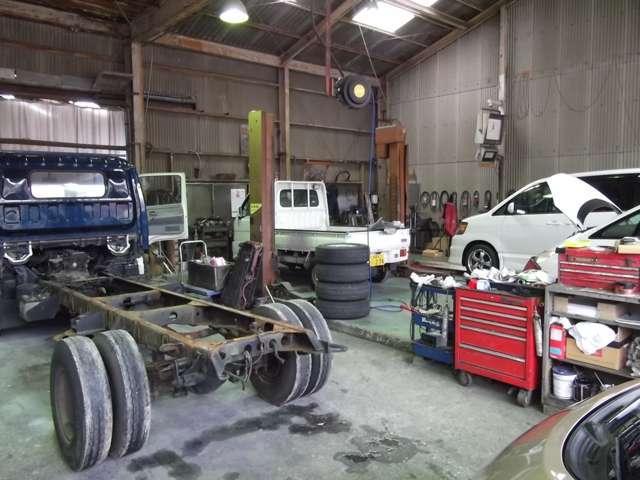 当社工場の熟練スタッフがお客様のお車を徹底整備。