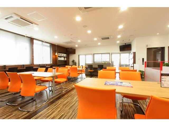 カフェのようなモダンな雰囲気の2階商談ルームで、ゆっくりとご希望の1台をお探し下さい。