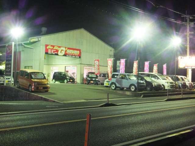 夜間はライトアップしてお待ちしております。気になるお車がある場合などお気軽にご入店ください!!