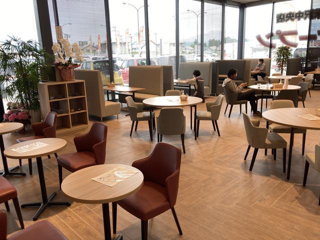 様々な本や雑誌もございます。お待ちのお時間にどうぞ。